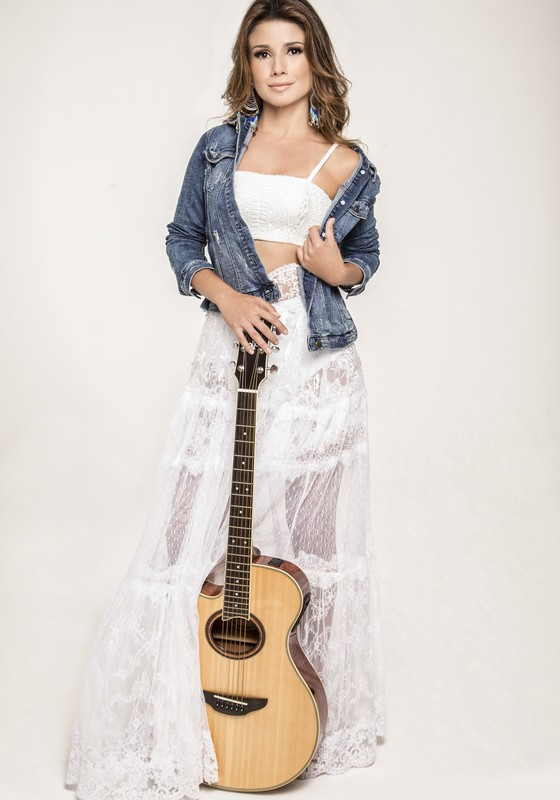 Paula Fernandes: cantora se prepara para novo desafio profissional, um show acústico, só com voz e violão  (Foto: Eduardo Orelha)
