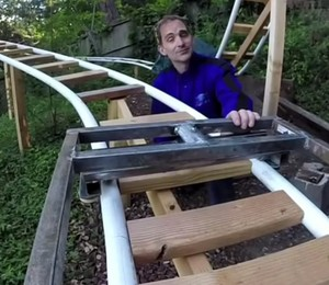 """Will Pemble, pai e criador do """"The CoasterDad Project"""". Ele construiu uma montanha russa para seu filho no quintal de casa (Foto: Reprodução/Youtube)"""
