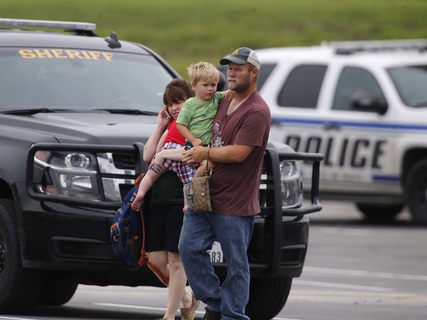 Família deixa local de crime perto do restaurante Twin Peaks, no Texas (Foto: Rod Aydelotte/Waco Tribune-Herald via AP)