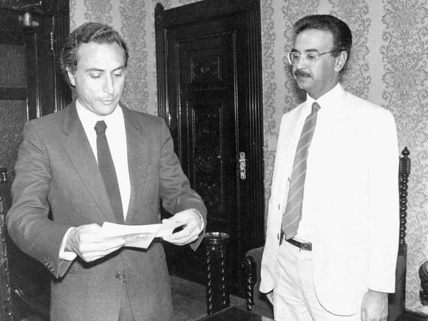Michel Temer, na época secretário de segurança pública do estado de São Paulo, é visto ao lado do escritor e jornalista investigativo Percival de Souza em São Paulo, em 1985 (Foto: Joveci C. de Freitas/Estadão Conteúdo/Arquivo)