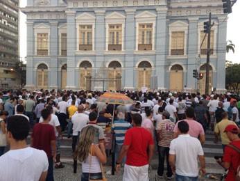 Marcha dos policiais e bombeiros parou em frente à Assembleia Legislativa. (Foto: Débora Soares / G1)