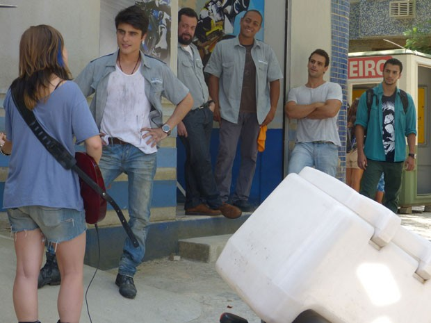 Sal chega a oficina de Axel e só observa o climinha entre Lia e Vitor (Foto: Malhação / Tv Globo)