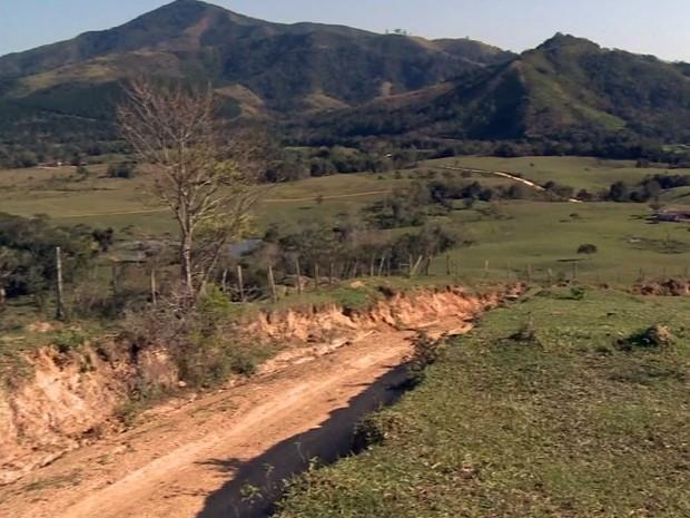 Moradores criticam estrada que passa dentro de fazenda em Barra do Turvo, SP (Foto: Reprodução/TV Tribuna)