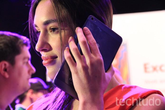 O X1 é um smartphone grande ou um tablet pequeno? (Foto: Isadora Díaz/TechTudo)