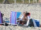 Ludmilla usa biquíni xadrez e se diverte em dia de praia com amigos