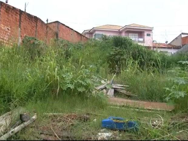 Entulhos e restos de objetos em terreno (Foto: Reprodução/TV TEM)