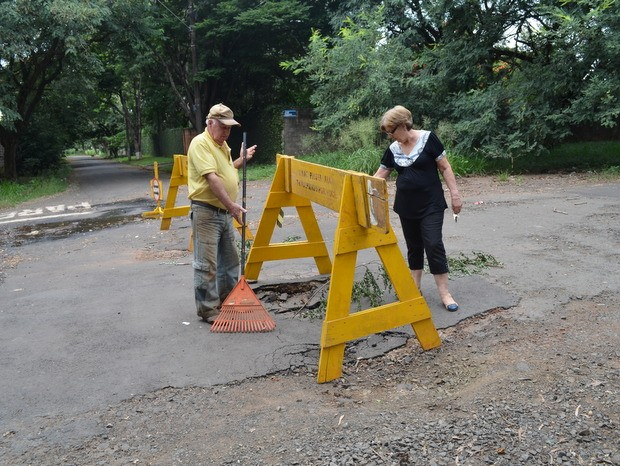 Asfalto cedeu e buracos dificultam passagem de moradores com veículos (Foto: Fernanda Zanetti/G1)