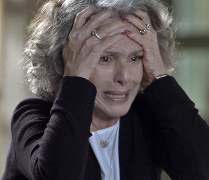 Vitória fica enlouquecida com a revelação de Alberto  (Foto: TV Globo)