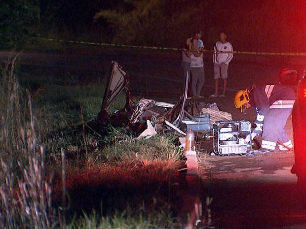 Militar do Corpo de Bombeiros próximo ao local onde foram lançados destroços dos carros (Foto: TV Globo / Reprodução)