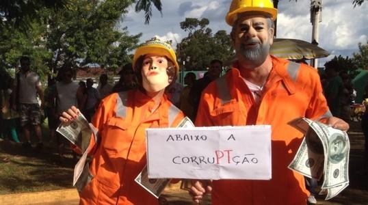 Casal se fantasia de funcionários da Petrobras em manifestação em Porto Velho (RO)