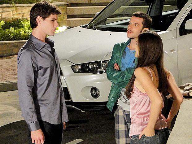 Rodinei encara Conrado e mostra que gosta mesmo de Cida (Foto: Cheias de Charme / TV Globo)