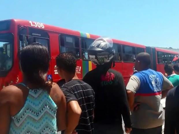 Homem foi atropelado na pista exclusiva de ônibus e BRT em Olinda (Foto: Wagner Sarmento / TV Globo)