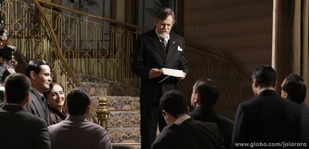 Ernest anuncia para imprensa que Manfred é seu filho (Foto: Fábio Rocha/TV Globo)