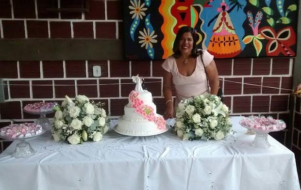 Convidada posa junto a mesa do bolo (Foto: Reprodução/Facebook)