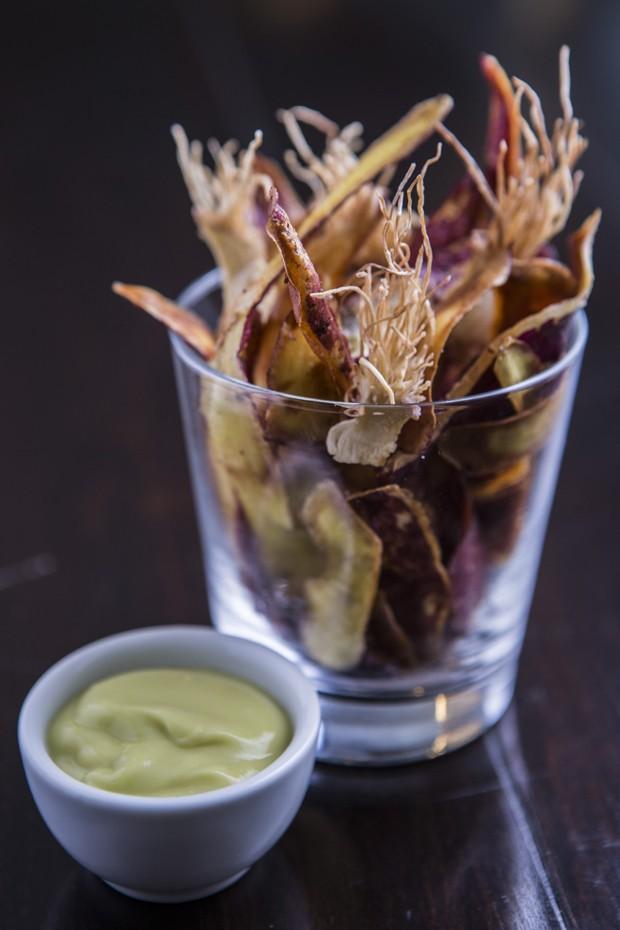 Cascas e raízes fritas com maionese de abacate (Foto: Ricardo D'Angelo)