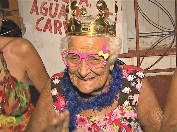 Aposentada Lucimar Rocha, de 94 anos, diz que não perde um Carnaval (Foto: Reprodução/Rede Amazônica Acre)