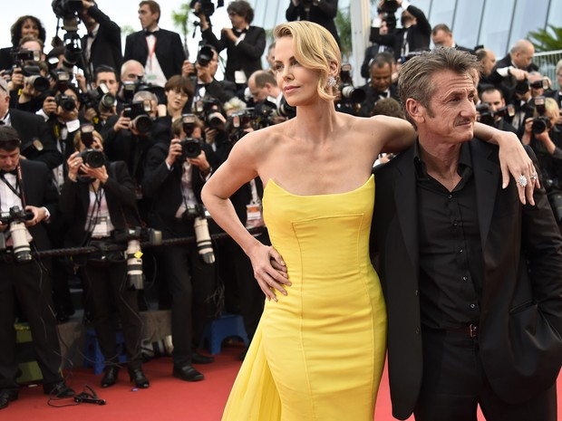 14/05: Charlize Theron e Sean Penn no tapete vermelho de 'Mad Max' no Festival de Cannes 2015 (Foto: AFP PHOTO/LOIC VENANCE)