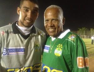 O goleiro Pitanga, do Gurupi, também quis registrar o momento ao lado de Dadá Maravilha (Foto: Vilma Nascimento/GLOBOESPORTE.COM)