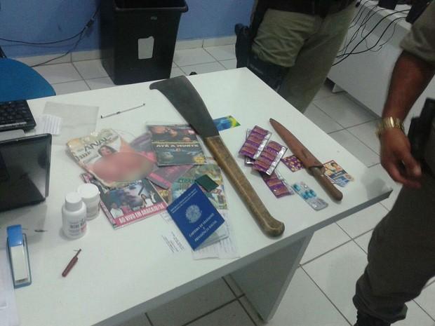 Polícia aprendeu na casa do suspeito filmes pornográficos, facas, preservativos e documentos (Foto: Divulgação/Polícia Civil)