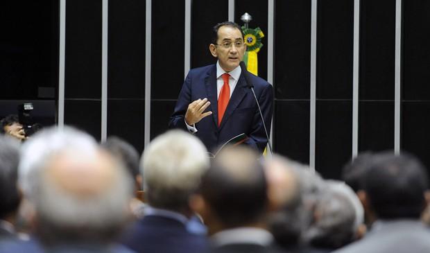 O deputado João Paulo Cunha (PT-SP) rebate acusações do mensalão no plenário da Câmara, em dezembro de 2013 (Foto: JBatista/Câmara)