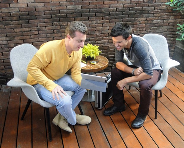 Taylor Lautner assistiu os vídeos enviados pelos fãs (Foto: Caldeirão do Huck/TV Globo)