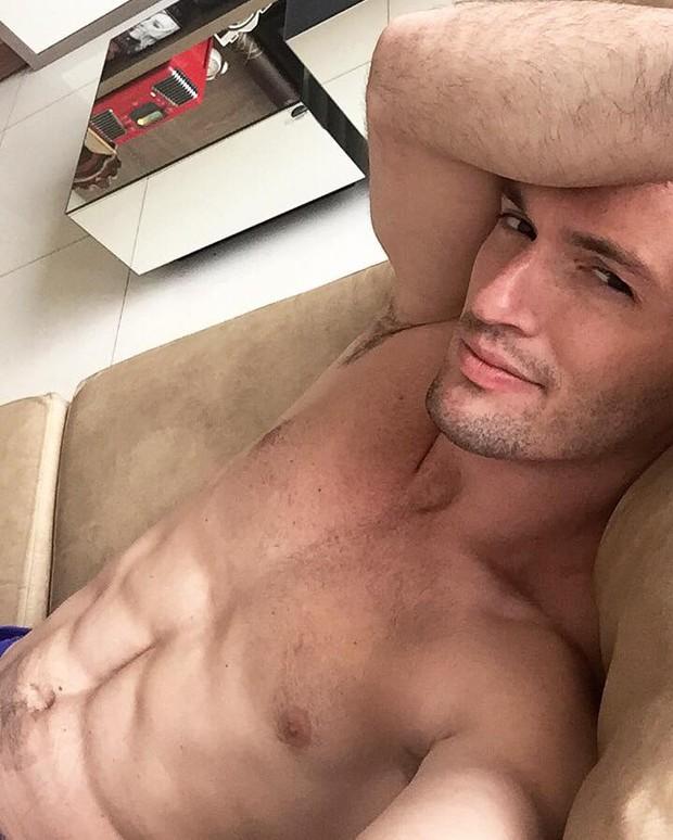 Diego Hypólito sensualizando em rede social (Foto: Reprodução / Facebook)