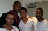 Com calça rasgada, Cristiano Ronaldo mostra estilo em foto com amigos (Twitter)