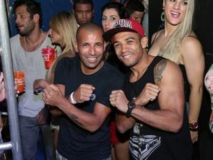 Emerson Sheik e o lutador Aldo (Foto: Reginaldo Teixeira/EGO)
