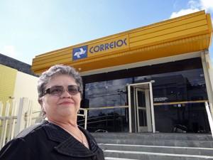 Maria José na frente da agência dos Correios da Encruzilhada (Foto: Katherine Coutinho/G1)
