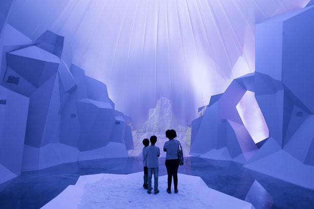 Visitantes observam uma instalação multimídia que alerta a respeito dos efeitos do aquecimento global sobre as geleiras (Foto: Victor R. Caivano/AP)