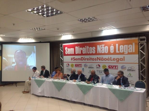 Representantes de entidades sindicais falam sobre a ação a jornalistas nesta terça-feira (Foto: Tais Laporta/G1)