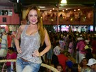 Ellen Rocche investe em figurino comportado em ensaio de carnaval