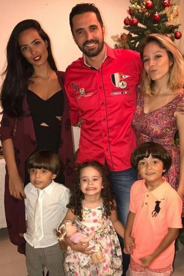 Latino com os filhos Dayanna, Amanda, Matheus, Valentina e Bernardo (Foto: Reprodução)