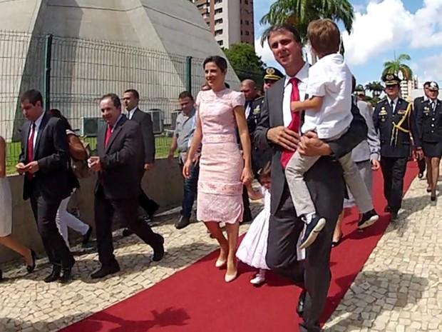 O governador eleito do Ceará, Camilo Santana (PT), chegou à Assembleia Legislativa do Ceará às 10h30 (horário de Brasília) desta quinta-feira para o discurso de posse. A solenidade que estava prevista para iniciar às 10h deve começar às 11h.  (Foto: G1)