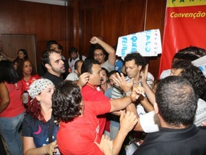 Briga durante convenção em goiânia, Goiás (Foto: Benedito Braga/O Popular)
