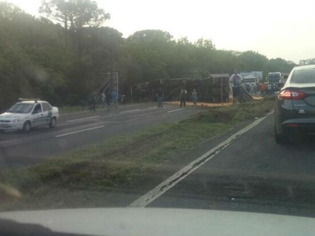 Caminhão carregado com soja tombou nesta terça-feira (13), na BR-376 (Foto: Evandro Dallagassa/Arquivo pessoal)