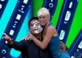 Mariana Ximenes e Zeca Camargo sujos de torta (Foto: Reprodução/TV Globo)