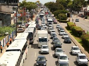 Trânsito na Avenida Fernandes Lima ficou intenso.  (Foto: Jonathan Lins/G1)