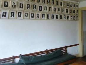 Algumas casas mantém a tradição de pendurar fotos de ex-moradores nas paredes como forma de homenageá-los (Foto: Divulgação)