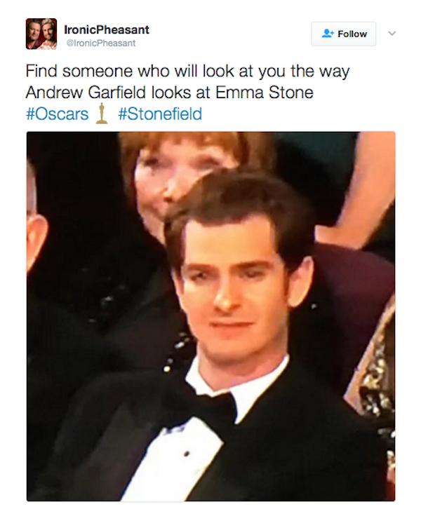 Andrew Garfield emocionado durante o discurso de agradecimento de Emma Stone (Foto: Twitter)