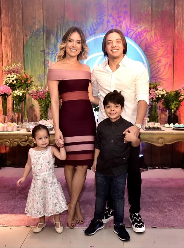 Wesley Safadão, Thyane Dantas com Ysis, filha do casal, e Yhudy, do relacionamento dele com Mileide Mihaile (Foto: Milena Marques/Divulgação)