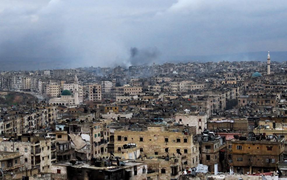 Nuvens de fumaça saem de prédios no bairro al-Zabdiya em Alepo, na Síria (Foto: AFP)