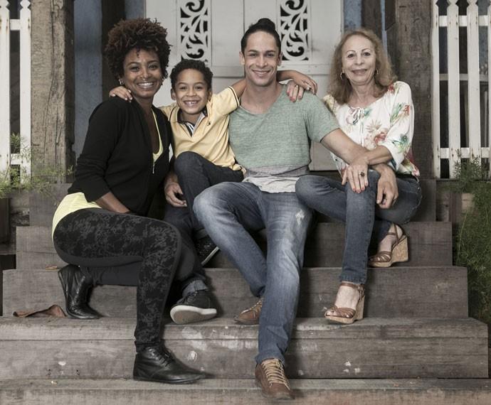 Rainer Cadete posa com sua ex-mulher Aline, seu filho Pietro e sua mãe Ronalda (Foto: Inácio Moraes/Gshow)