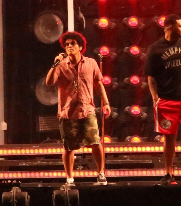 Bruno Mars ensaia show com visual bem à vontade no Rio de Janeiro