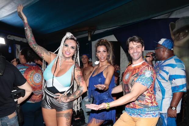 Sabrina Boing boing, Nagila Coelho e rei da bateria (Foto: Rafael Cusato/EGO)