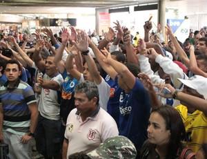 Centenas de cruzeirenses vão ao Aeroporto de Confins para receber o novo reforço do Cruzeiro (Foto: Maurício Paulucci / Globoesporte.com)
