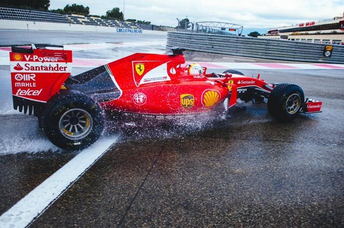 Sebastian Vettel em ação com a Ferrari nos testes de pneus de chuva da Pirelli (Foto: Divulgação)