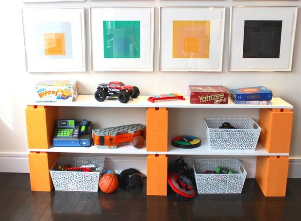 Aqui, foi criado um espaço para organizar os brinquedos das crianças (Foto: Divulgação)