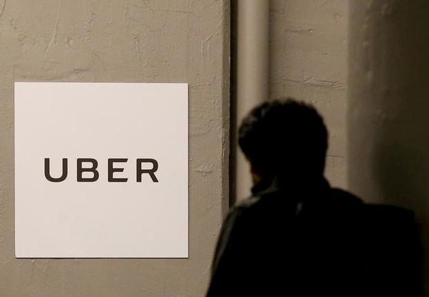 Homem chega ao escritório central da Uber em Nova York (Foto: Brendan McDermid/Arquivo/Reuters)