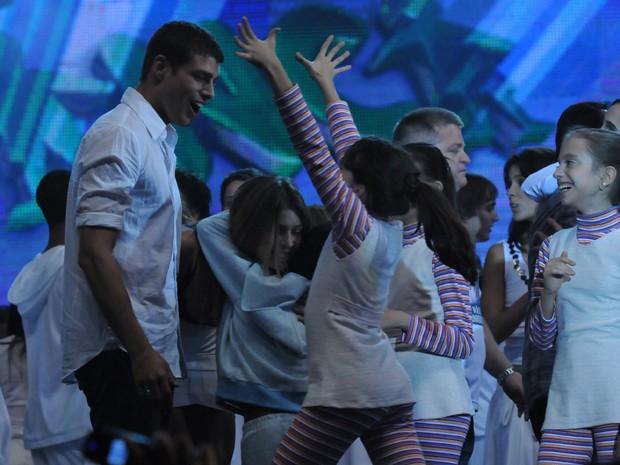 Cauã festeja no palco do Criança Esperança de 2008 (Foto: Frederico Rozario / TV Globo)